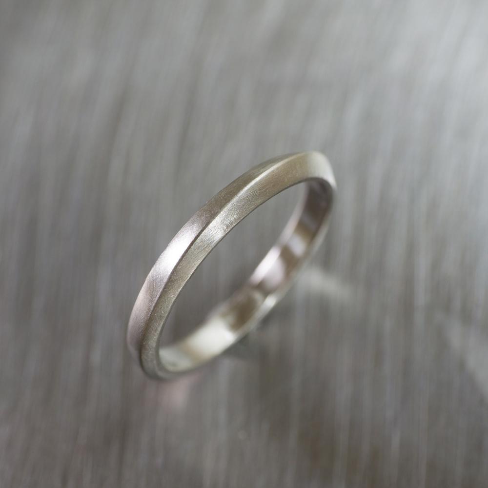 上から俯瞰構図 オーダーメイドマリッジリング ジュエリーのアトリエ 作業場に指輪 プラチナ 屋久島で作る結婚指輪