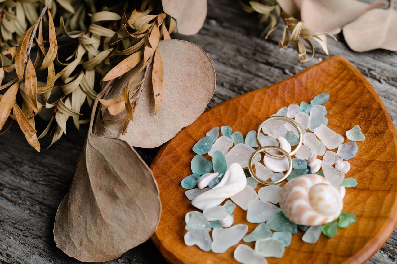 貝殻、ビーチグラス、シャンパンゴールド、お二人の暮らしが詰まってる。 島スタイル結婚指輪の写真