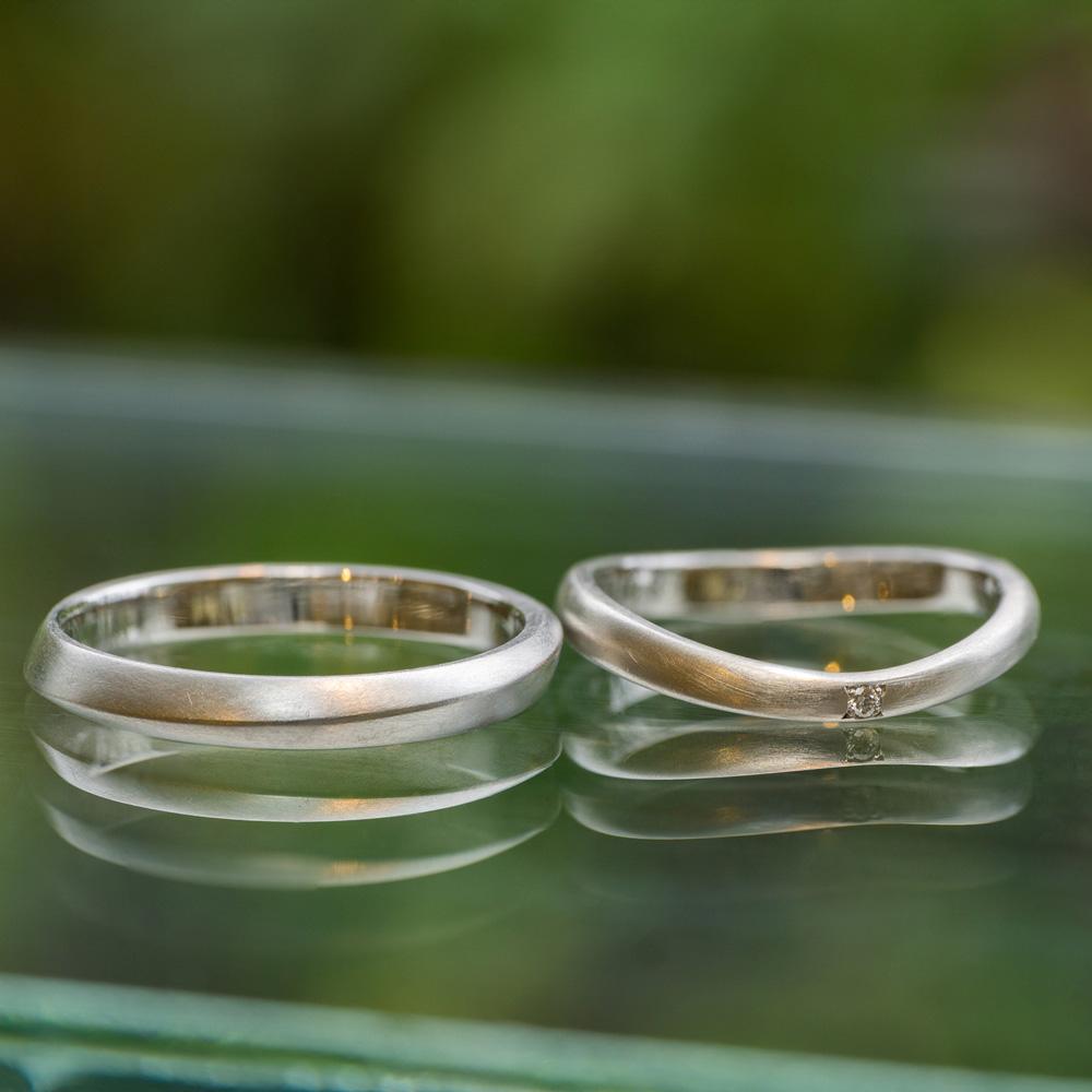 オーダーメイドマリッジリング 屋久島しずくギャラリーのでディスプレイ 屋久島の緑バック プラチナ、ダイヤモンド 屋久島で作る結婚指輪