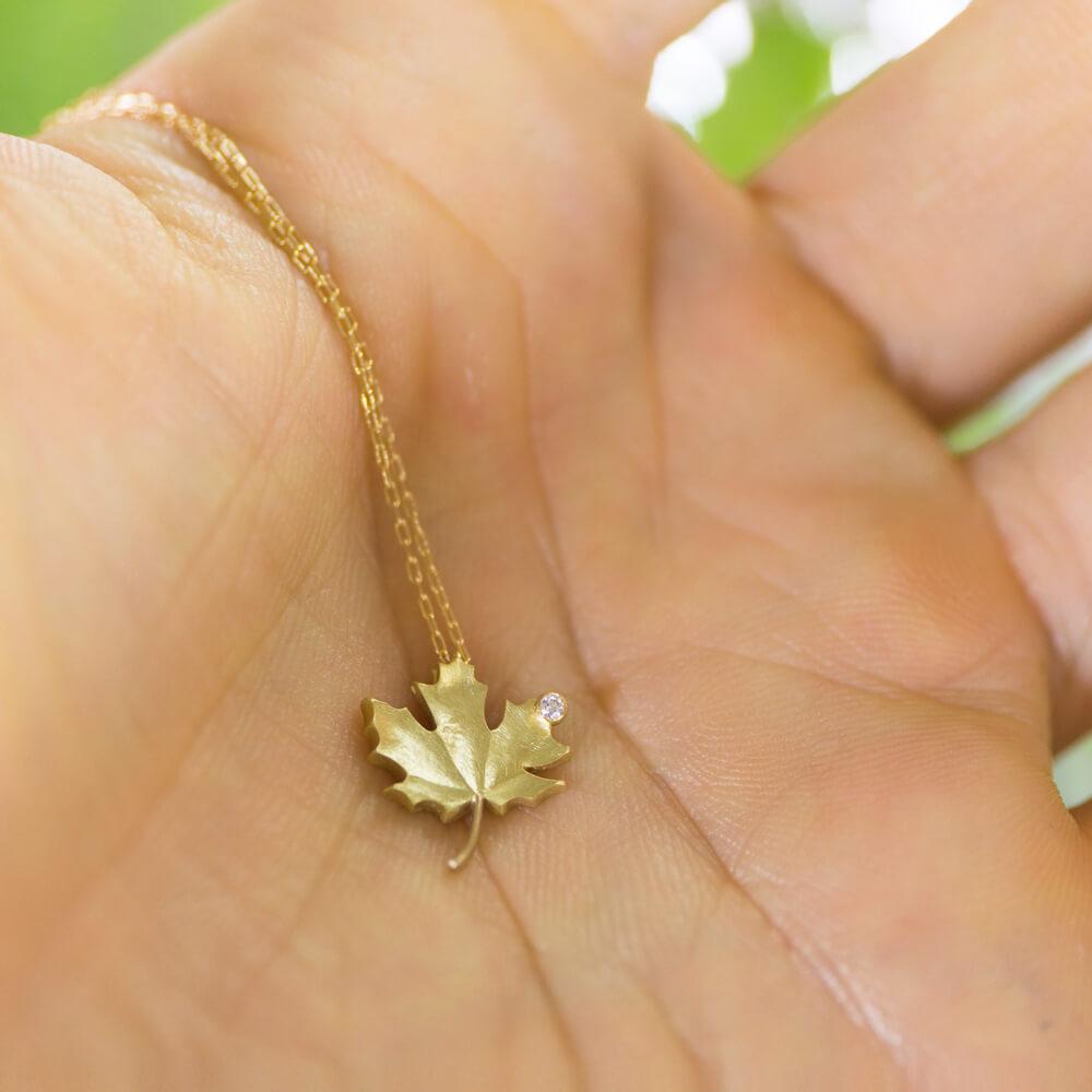 楓のネックレス 手のひらに乗せて ゴールド、ダイヤモンド 屋久島のオーダーメイドジュエリー