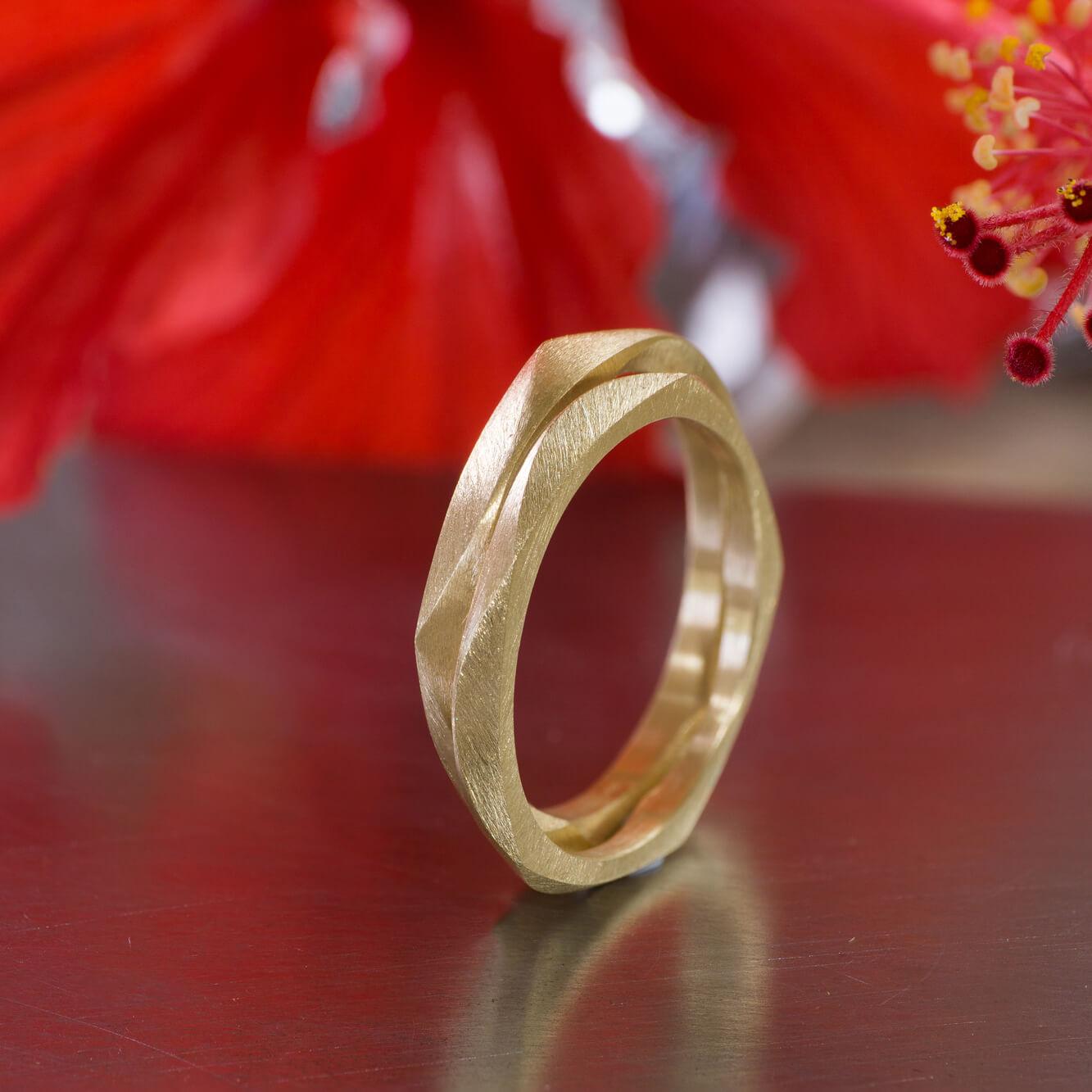 屋久島のハイビスカスと 場面2 オーダーメイドマリッジリング ジュエリーのアトリエに指輪 ゴールド 屋久島で作る結婚指輪 屋久島花とジュエリー