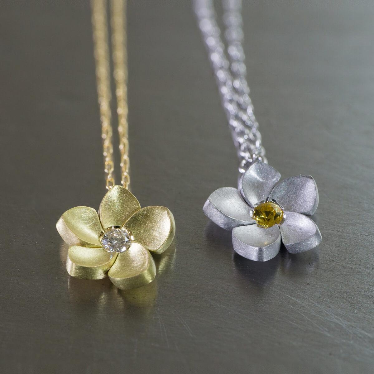 角度2 花のネックレス シルバー、ゴールド、ダイヤモンド、サファイア 屋久島のプルメリア ジュエリーのアトリエ オーダーメイドジュエリー