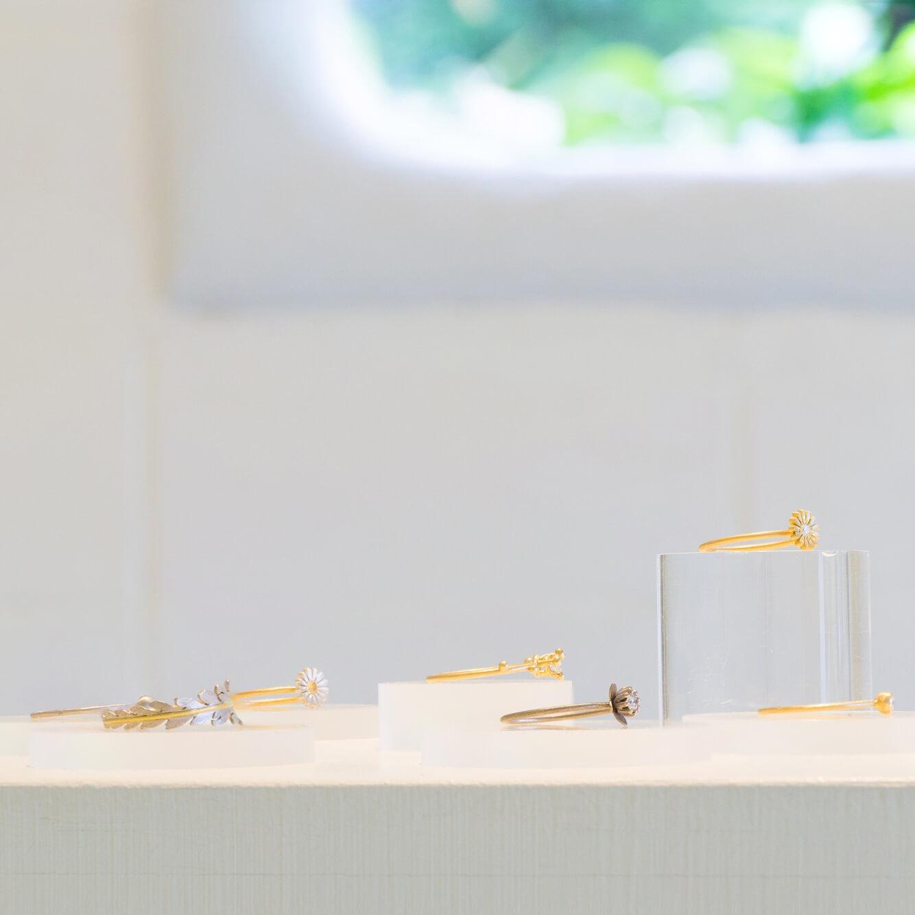 屋久島しずくギャラリーのディスプレイに指輪 ゴールド、プラチナ、ダイヤモンド 屋久島の風景をモチーフ 屋久島でつくる結婚指輪