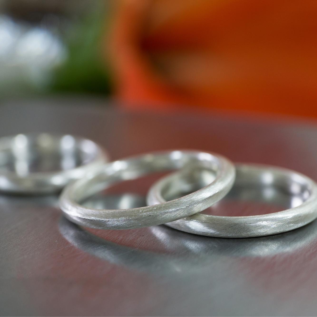 ジュエリーのアトリエにシルバーのリング 結婚指輪のサンプル 屋久島でつくる結婚指輪