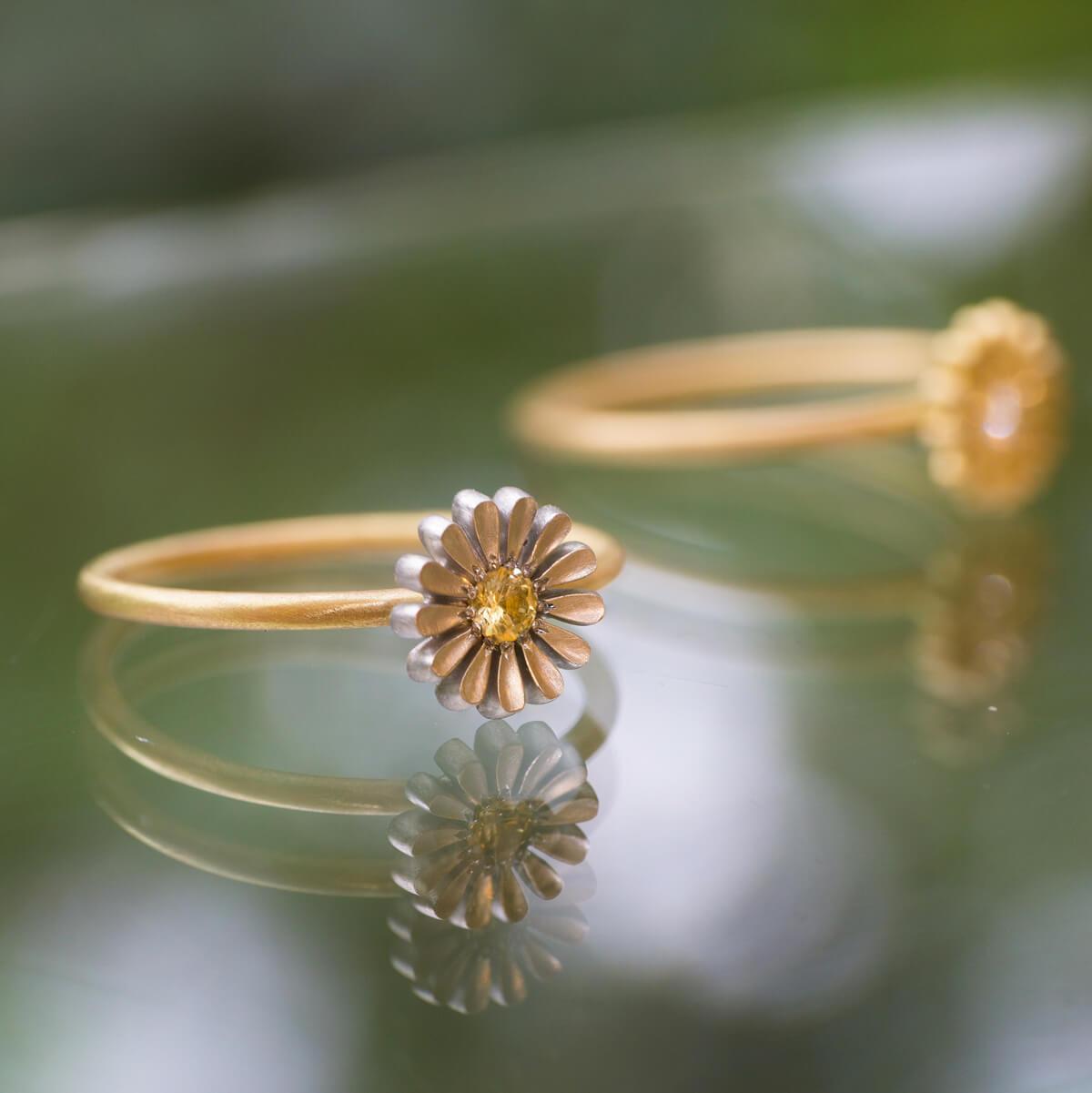屋久島しずくギャラリーのディスプレイ お花の指輪 ゴールド、プラチナ、ダイヤモンド 屋久島でつくる結婚指輪