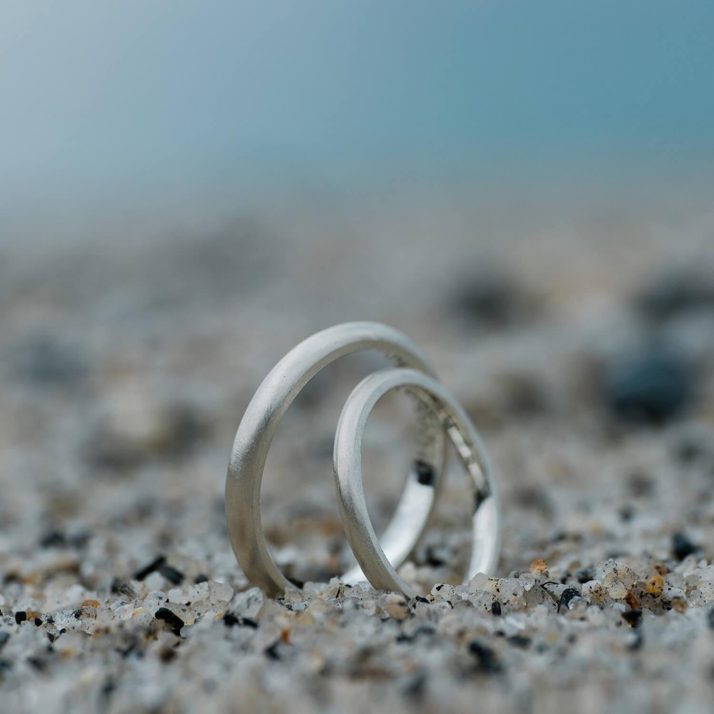 オーダーメイドマリッジリング 砂の上 屋久島の海バック シルバー 屋久島でつくる結婚指輪