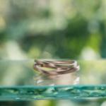 オーダーメイドマリッジリング 屋久島しずくギャラリーのディスプレイ 屋久島の緑バック ゴールド 屋久島でつくる結婚指輪