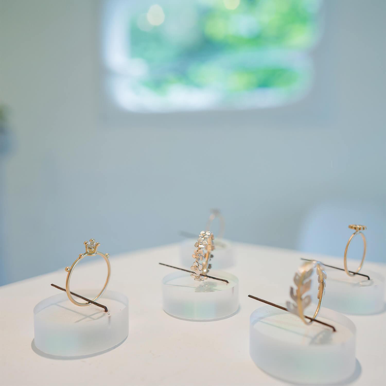 屋久島しずくギャラリー ジュエリーのディスプレイに指輪 ゴールド、プラチナ、ダイヤモンド 屋久島でオーダーメイドマリッジリングの展示、販売 屋久島でつくる結婚指輪