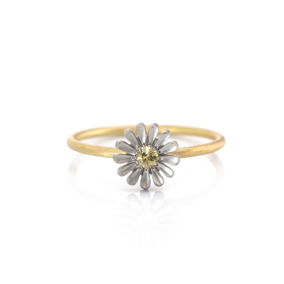 お花の指輪 白バック 屋久島のツワブキモチーフ プラチナ、ゴールド 屋久島でつくる結婚指輪