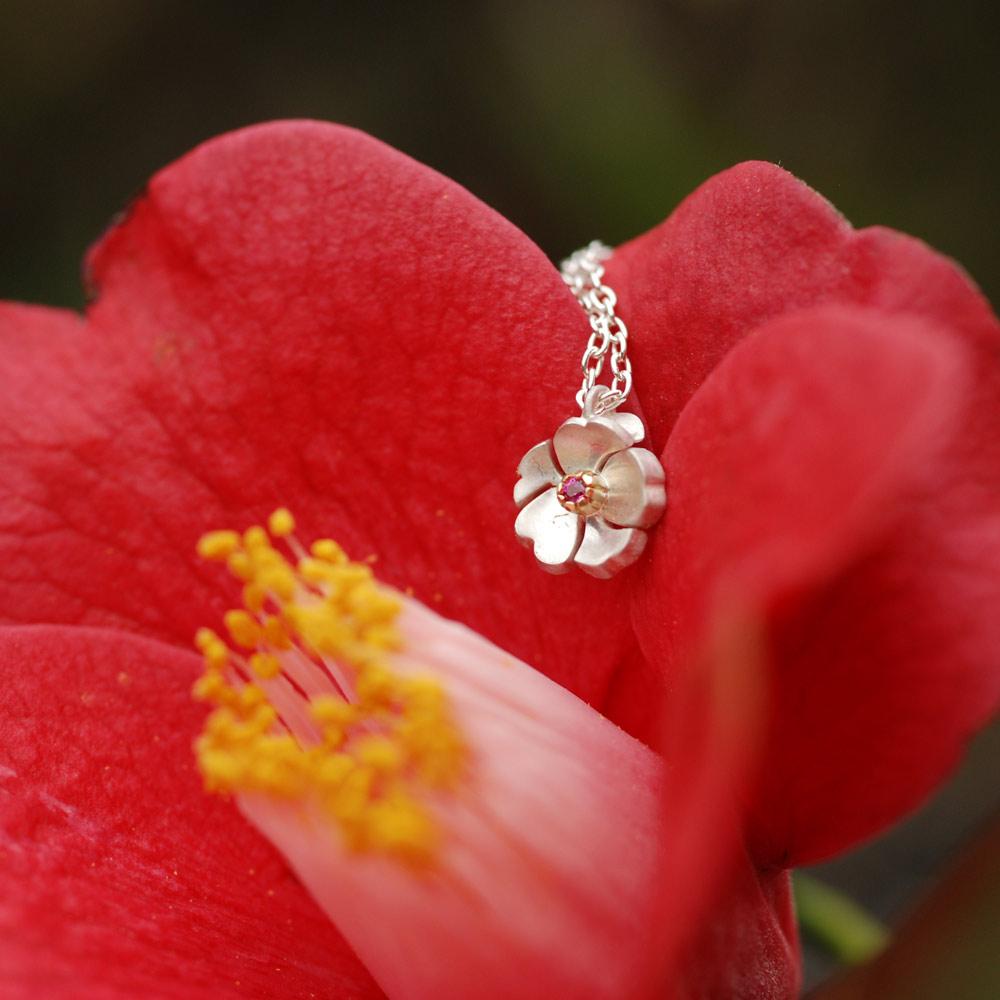 """屋久島の季節を彩る花をモチーフにしたジュエリー。1月の花""""ツバキ"""""""