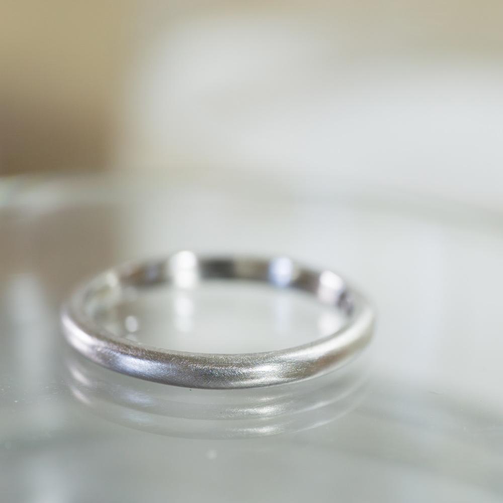オーダーメイドマリッジリングの制作風景 ジュエリーのアトリエ 作業場に指輪 プラチナ 屋久島で作る結婚指輪