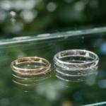 オーダーメイドマリッジリング 屋久島しずくギャラリー、ジュエリーのディスプレイ 屋久島の緑バック ゴールド、シルバー、ダイヤモンド 屋久島でつくる結婚指輪