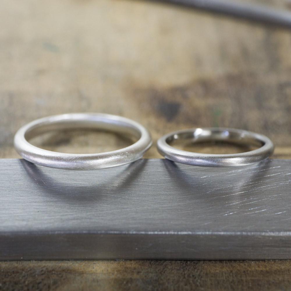オーダーメイドマリッジリングの制作風景 ジュエリーのアトリエ 作業場に指輪2本並んで プラチナ、シルバー 屋久島で作る結婚指輪