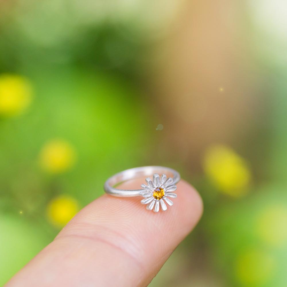 お花の指輪 オーダーメイドベビーリング 屋久島のツワブキモチーフ 指先に乗せて 屋久島でつくる結婚指輪