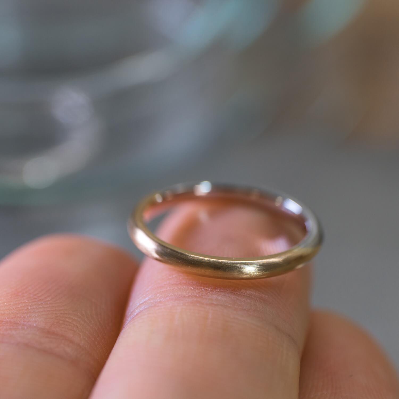 指の上 角度2 オーダーメイドマリッジリング ジュエリーのアトリエ プラチナ、ゴールド 屋久島でつくる結婚指輪