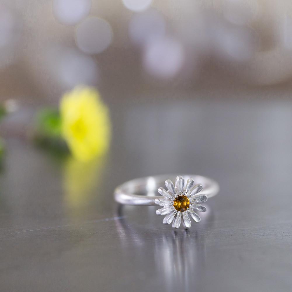 お花の指輪 オーダーメイドベビーリング 屋久島のツワブキモチーフ ジュエリーの作業台の上 屋久島でつくる結婚指輪