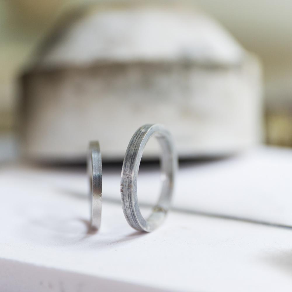 オーダーメイドマリッジリングの制作風景 ジュエリーのアトリエ 作業場に指輪 プラチナ、シルバー 屋久島で作る結婚指輪