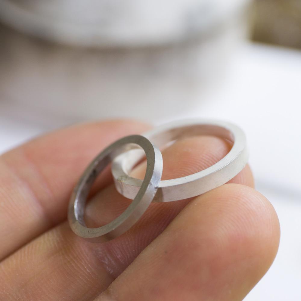 オーダーメイドマリッジリングの制作風景 ジュエリーのアトリエ 手に指輪 プラチナ、シルバー 屋久島で作る結婚指輪