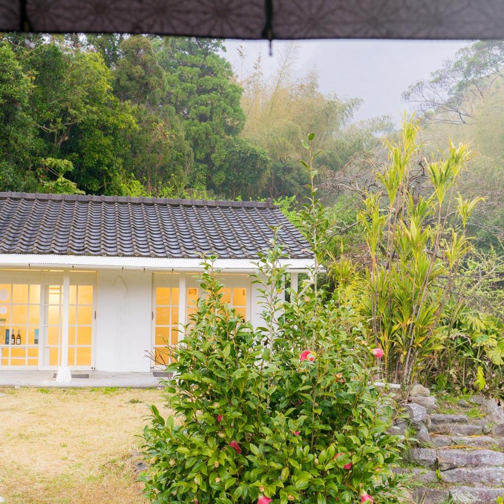 正面に屋久島しずくギャラリー 雨降り傘 屋久島ジュエリーと絵画のアートギャラリー