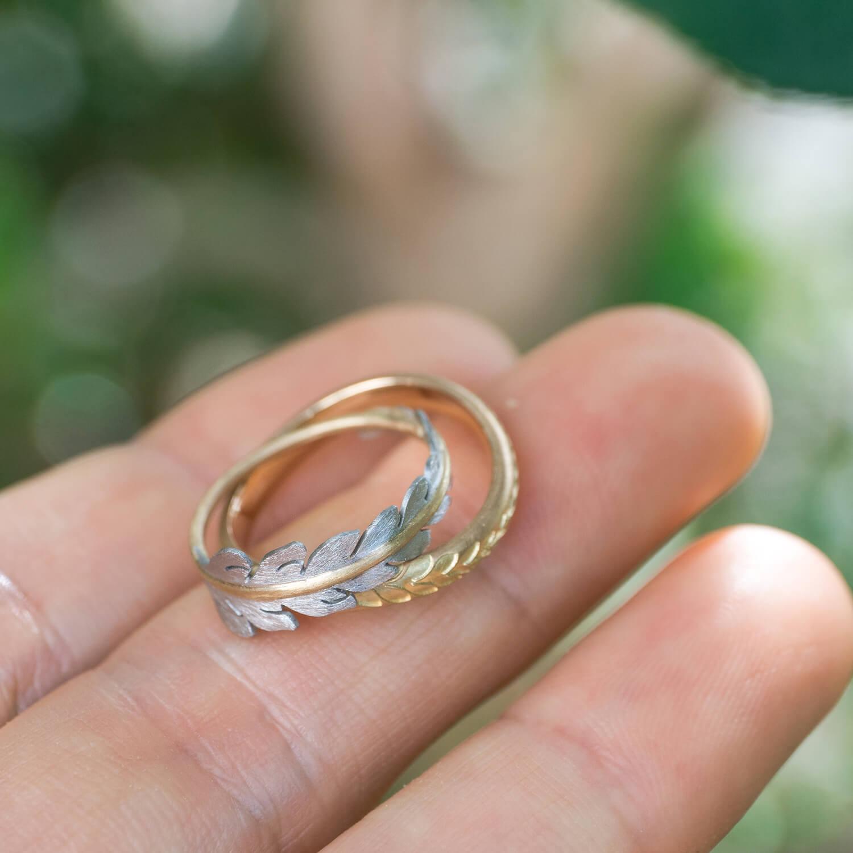 オーダーメイドマリッジリング 屋久島の緑バック 手に持って ゴールド、プラチナ 屋久島のシダモチーフ 屋久島でつくる結婚指輪