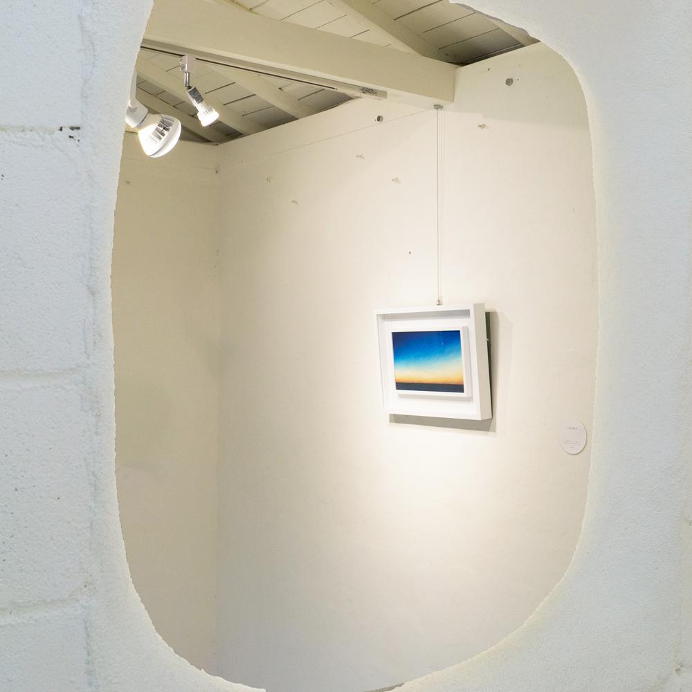 屋久島しずくギャラリー 室内 絵画の展示風景