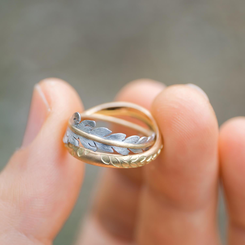 場面2 オーダーメイドマリッジリング 屋久島の緑バック 手に持って ゴールド、プラチナ 屋久島のシダモチーフ 屋久島でつくる結婚指輪
