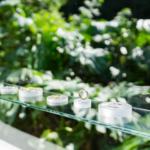 屋久島しずくギャラリー ジュエリーのディスプレイ 屋久島夏の緑バック オーダーメイドマリッジリング 屋久島でつくる結婚指輪