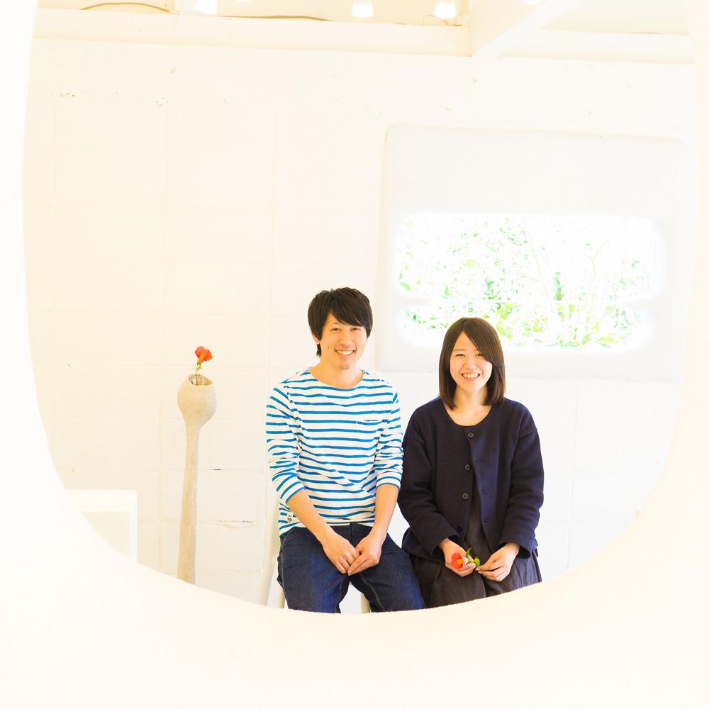 屋久島しずくギャラリー、ジュエリーの部屋 お二人座って 屋久島でつくる結婚指輪