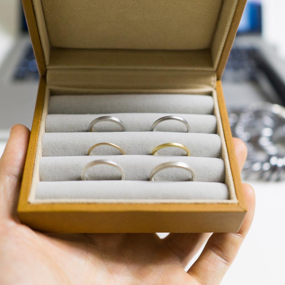 オーダーメイドマリッジリングのサンプル ケースの中 ゴールド、プラチナ、シルバー 屋久島でつくる結婚指輪