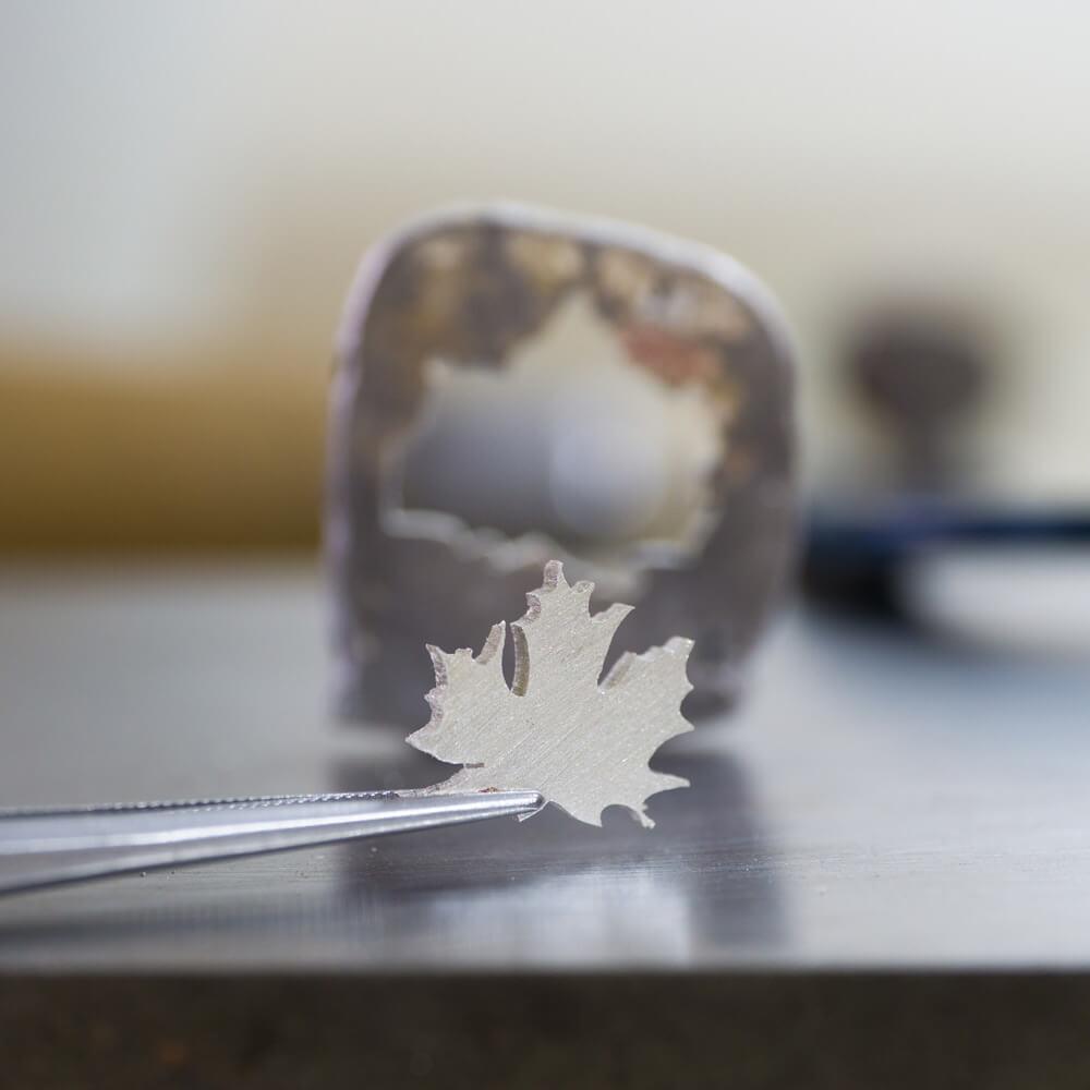 シルバーでかたどったカエデ ピンセットで挟む オーダーメイドジュエリー 屋久島でつくる結婚指輪