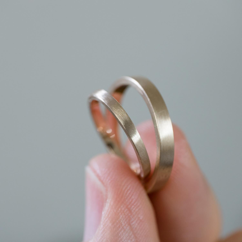 角度3 オーダーメイドマリッジリングの制作過程 屋久島ジュエリーのアトリエ シャンパンゴールドのリング 手に 屋久島で作る絵結婚指輪