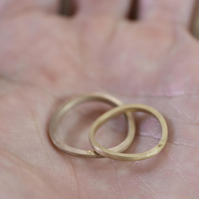 オーダーメイドマリッジリングの制作過程 ジュエリーのアトリエ 手のひらにリング2本 ゴールド 屋久島でつくる結婚指輪