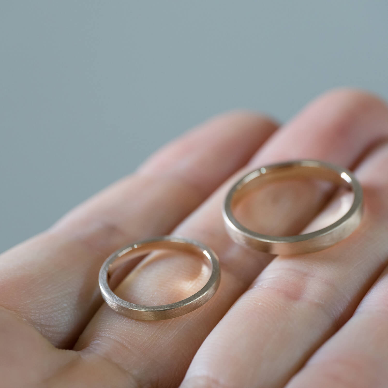 オーダーメイドマリッジリングの制作過程 屋久島ジュエリーのアトリエ シャンパンゴールドのリング 手に 屋久島で作る絵結婚指輪