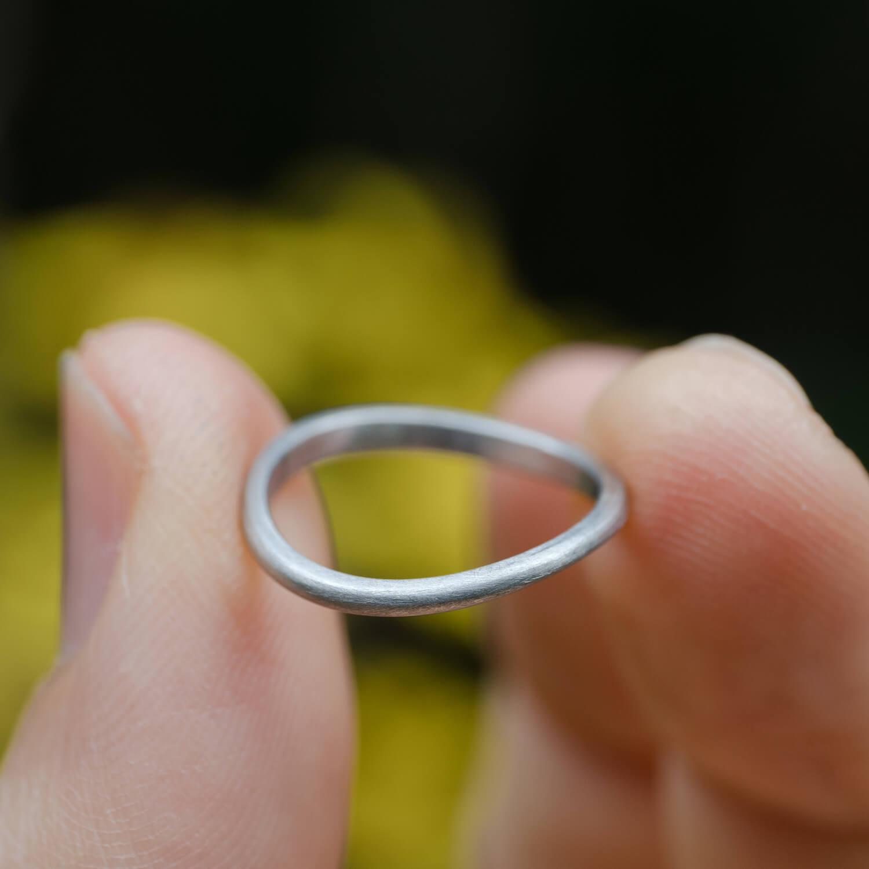角度2 オーダーメイドマリッジリング 手に持って 屋久島の緑バック プラチナリング 屋久島でつくる結婚指輪