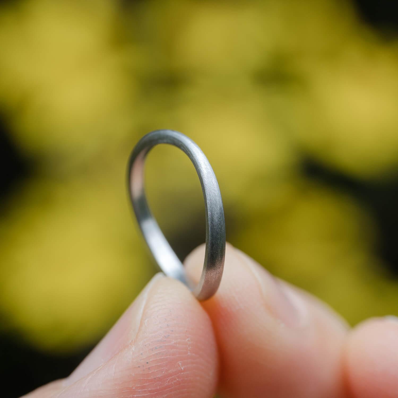 オーダーメイドマリッジリング 手に持って 屋久島の緑バック プラチナリング 屋久島でつくる結婚指輪