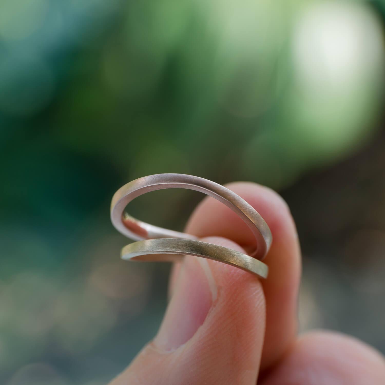 オーダーメイドマリッジリング 屋久島しずくギャラリー 手に持って 屋久島の緑バック ゴールド 屋久島でつくる結婚指輪