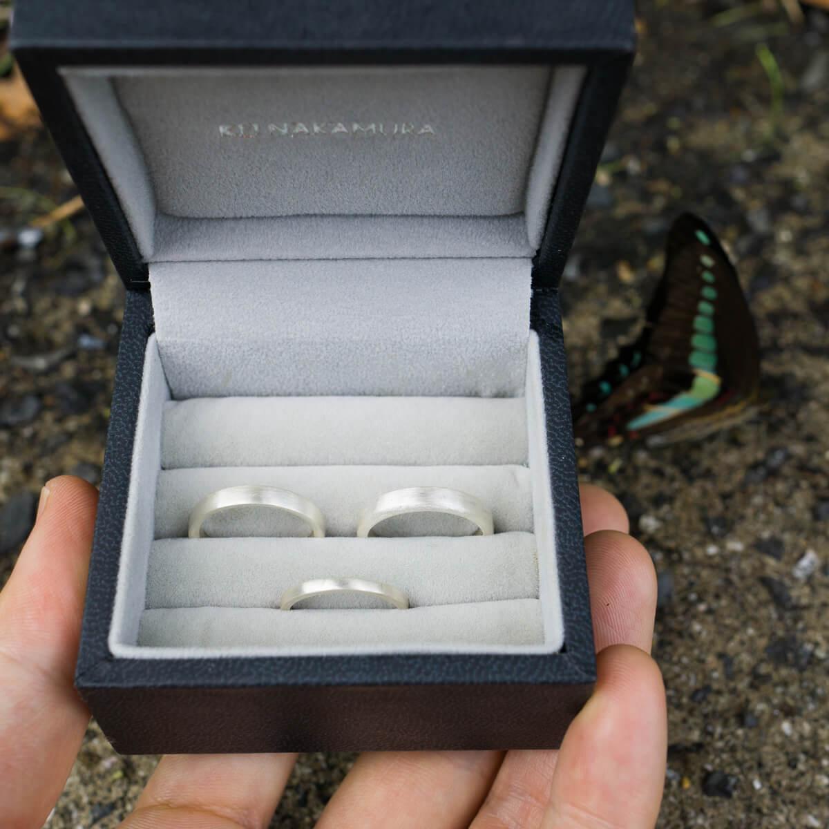 オーダーメイド結婚指輪のサンプル ケースの中、シルバー 隣に屋久島の蝶々 屋久島でつくる結婚指輪