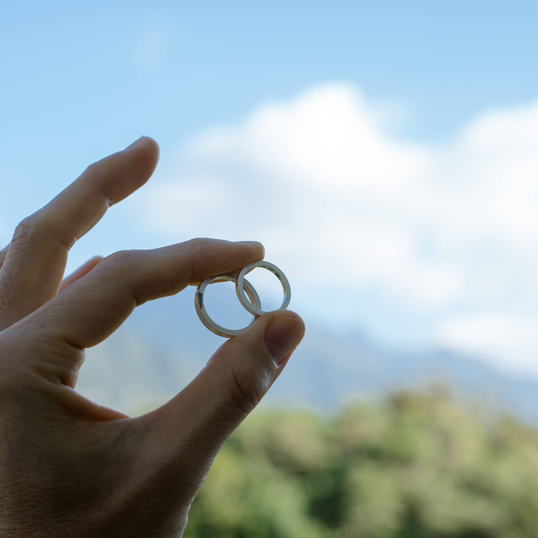 オーダーメイドマリッジリングの制作風景 屋久島の山々バック シルバーリング 屋久島でつくる結婚指輪