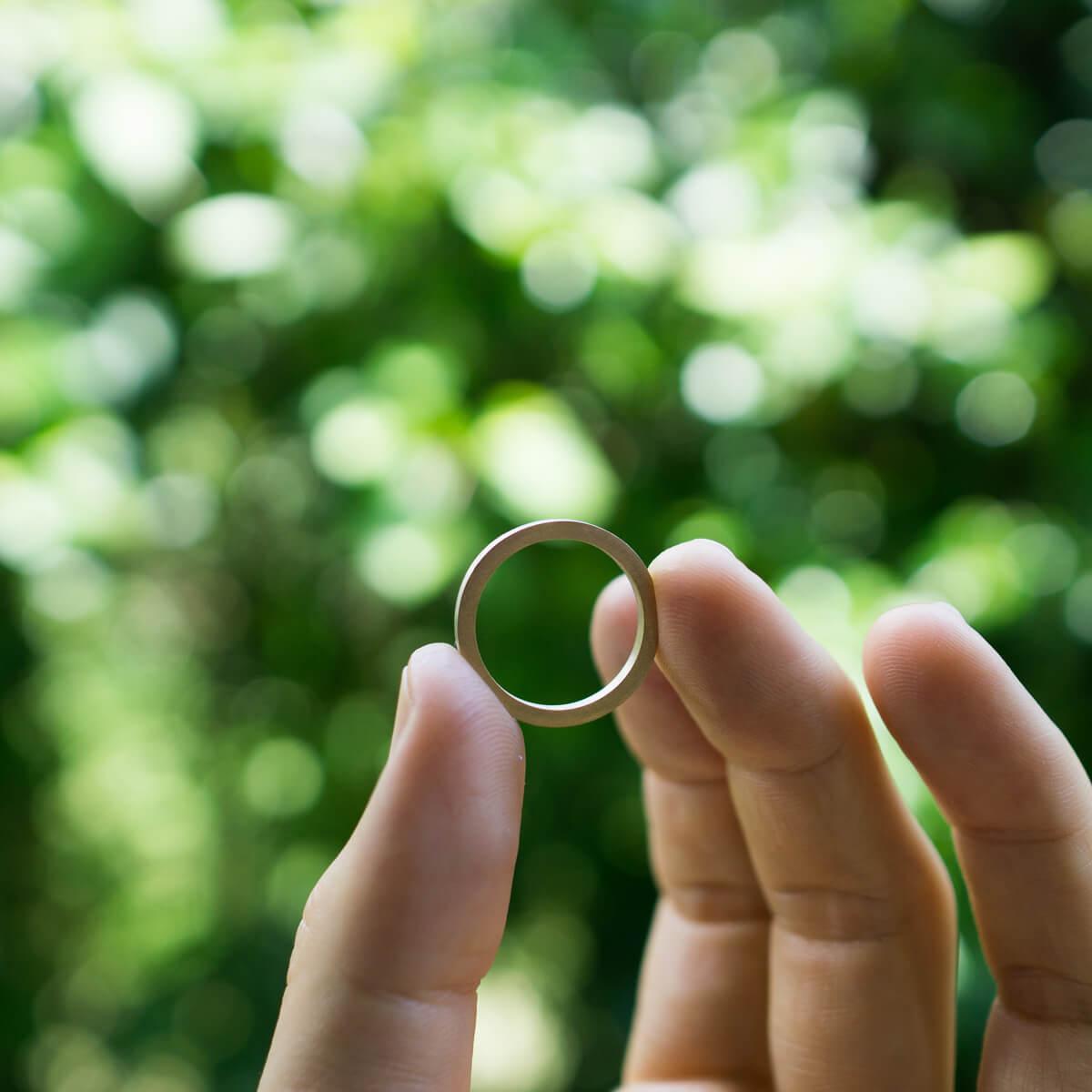 屋久島の緑の中 オーダーメイド結婚指輪を手に持って ゴールド、プラチナ 屋久島でつくる結婚指輪