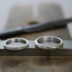 オーダーメイドマリッジリングの制作風景 ジュエリーのアトリエ シルバーリング2本 屋久島でつくる結婚指輪