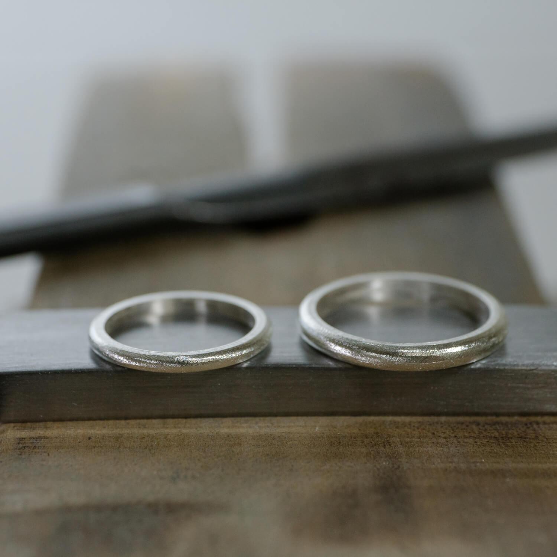 場面2 オーダーメイドマリッジリングの制作風景 ジュエリーのアトリエ シルバーリング2本 屋久島でつくる結婚指輪