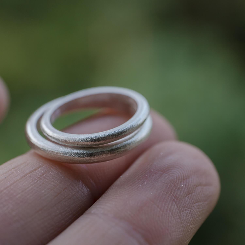 オーダーメイドマリッジリングの制作風景 屋久島の緑バック シルバーリング2本 屋久島でつくる結婚指輪