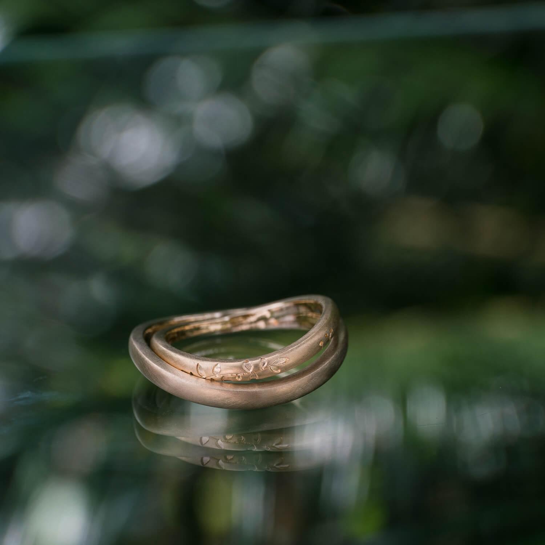角度3 屋久島の緑バック オーダーメイドマリッジリング ゴールド 屋久島でつくる結婚指輪