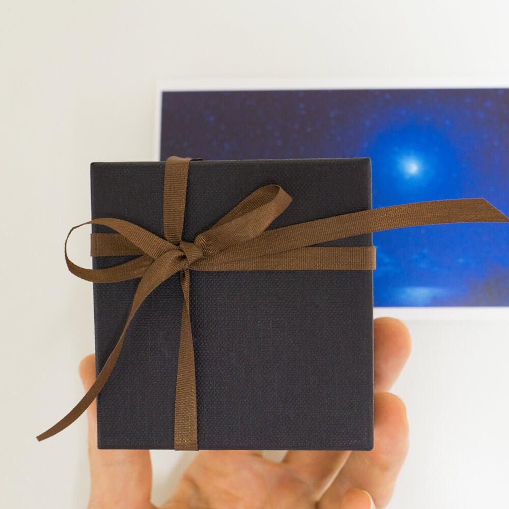 ジュエリーケース、リボン、月の絵画ポストカード 手に持って 屋久島のオーダーメイドジュエリー 月のネックレス