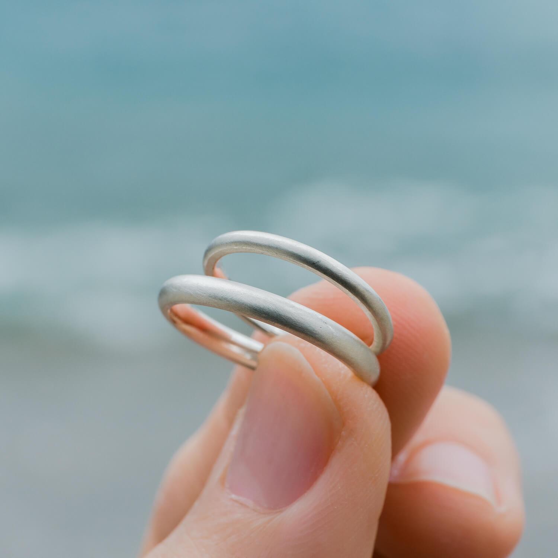 オーダーメイドマリッジリング 手に持って 屋久島の海バック シルバー 屋久島でつくる結婚指輪