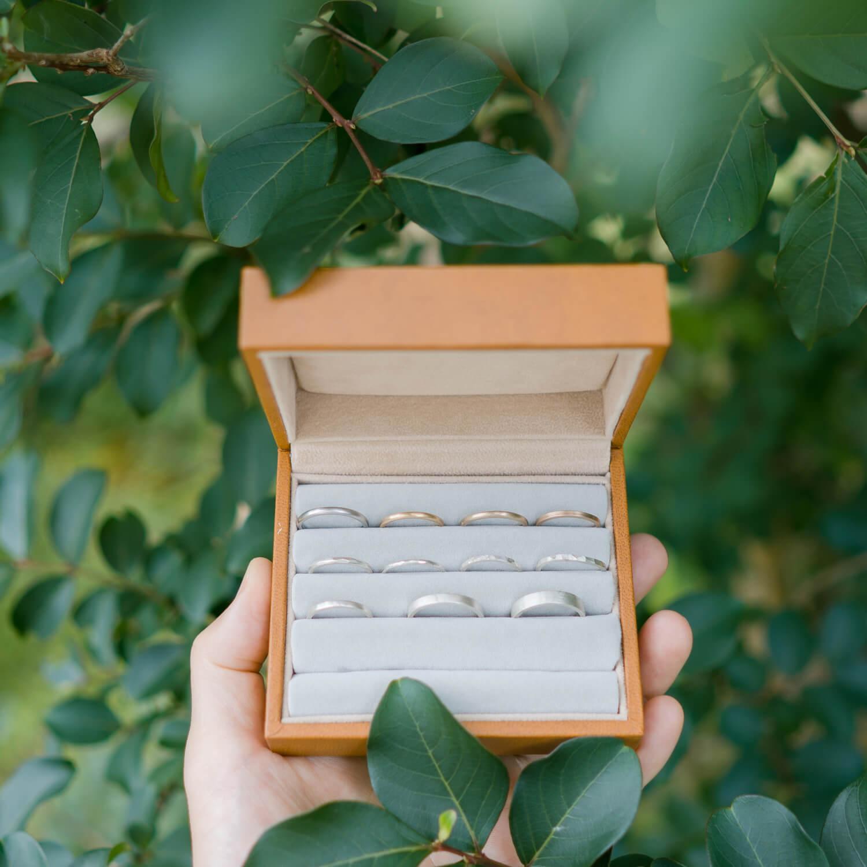 ケースの中に結婚指輪のサンプル 屋久島の緑バック 屋久島でつくる結婚指輪 ゴールド、プラチナ 、シルバー