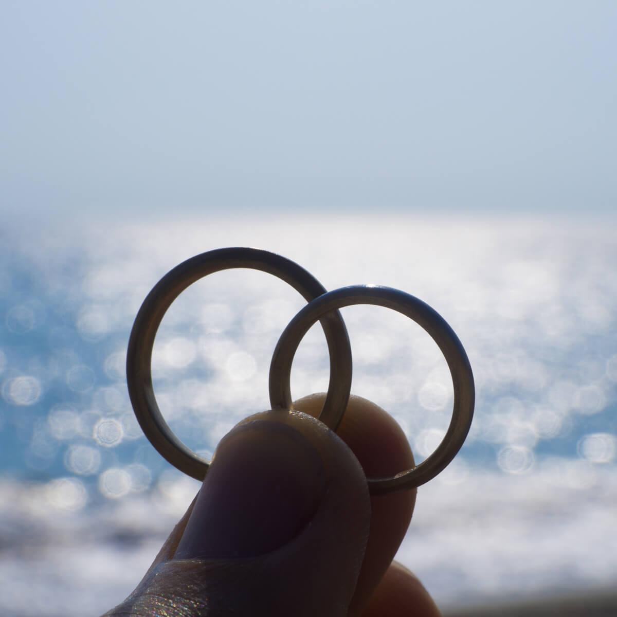 屋久島の海、空、 オーダーメイド結婚指輪を手に プラチナ、ゴールド 屋久島でつくる結婚指輪