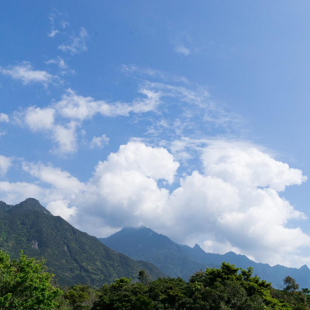 屋久島の山々、青空 屋久島日々の暮らしとジュエリー