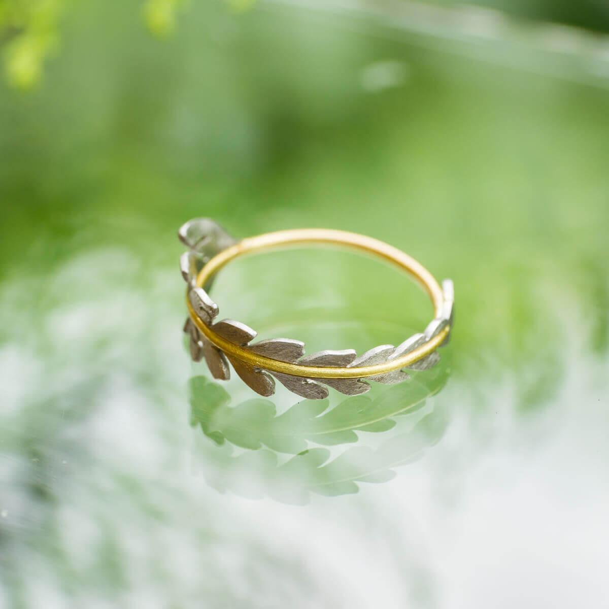 屋久島しずくギャラリーのディスプレイ 屋久島の緑バック  プラチナ、ゴールド 屋久島でつくる結婚指輪
