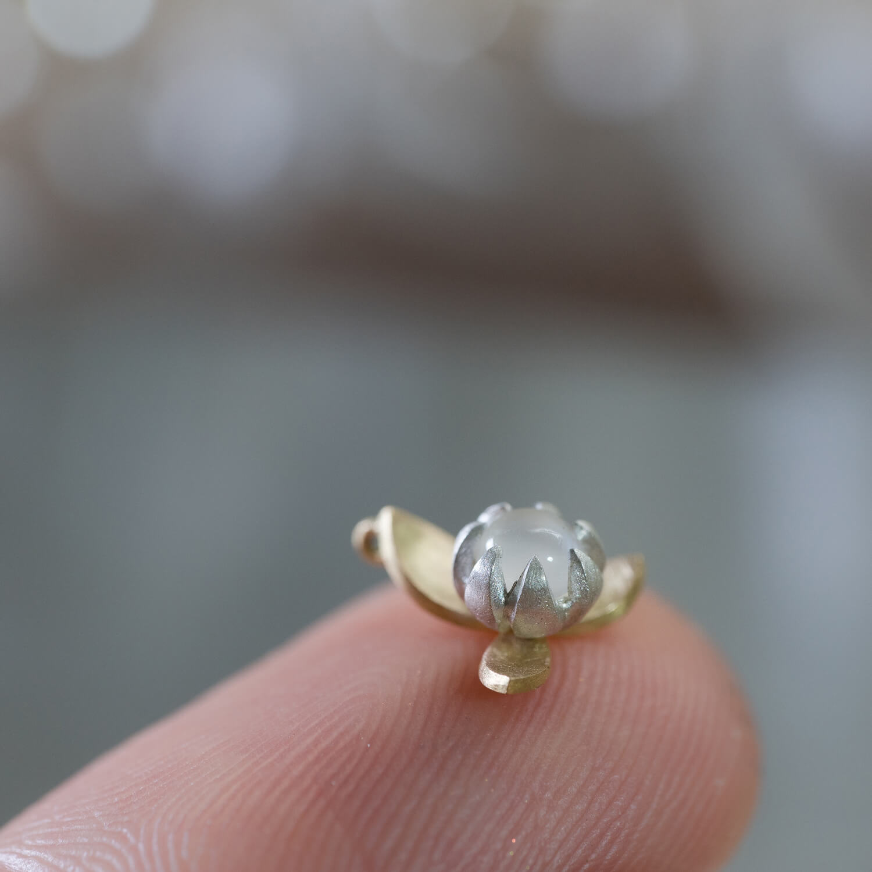 大切な人に贈ります!   ゴールド×シルバー×ムーンストーン、 小さなお花のネックレスが出来上がりました #時間の花ネックレス